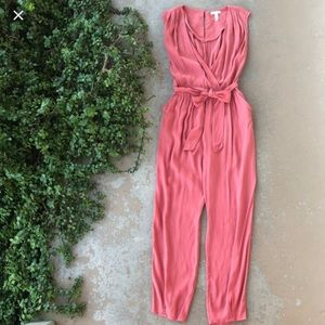LEITH JUMPSUIT IN CORAL COLOR.